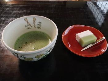 西之丸庭園内にある「茶室 紅松庵」では、お抹茶と季節の和菓子をいただくことができます。和歌山城や庭園をめぐったあとの休憩におすすめです。