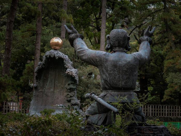 出雲大社に祀られている神さまは「大国主大神」。  日をつかさどる天照大御神(あまてらすおおみかみ)の弟君・須佐之男尊(すさのおのみこと)が生み出された神です。