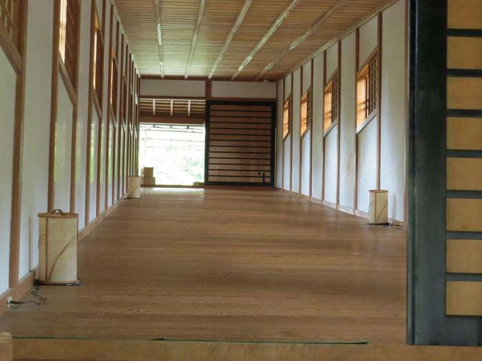 「御橋廊下」は、両岸に高低差があるために斜めにかかる、国内でも珍しい勾配のある廊下です。床板は、滑らないように鋸歯状に組まれています。中を通ることができるので、その勾配をぜひ体感してみてください。