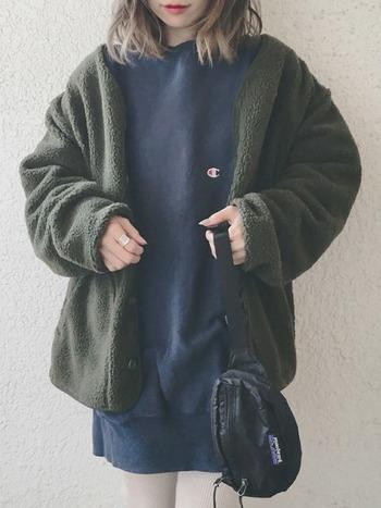メンズライクなカーキのアウターに、スウェットワンピースと白のレギンスを合わせたカジュアルコーデ。パタゴニアのウエストバッグを手に持って、こなれ感をプラスしています。