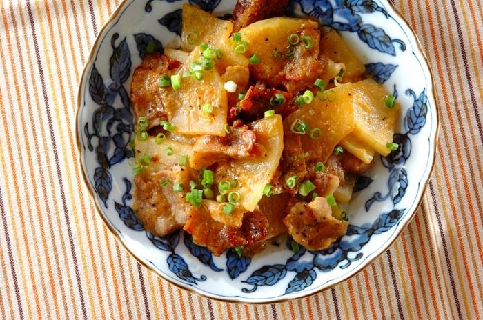 サラダや煮物やスープなどさまざな調理法に対応できる冬瓜は、なんと炒め物にも対応可能!豚肉の美味しい脂分とお味噌の味わいをしっかり吸い込んでとっても美味しいですよ!お弁当にもオススメの冬瓜の新しい食べ方レシピです。