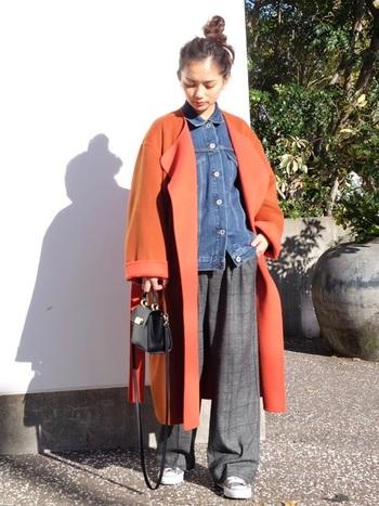 パキっと眩しいオレンジのコートには、インに着たデニムジャケットはボタンを上まで全部締めて。こうすることでジャケットが大きめサイズでもコンパクトにまとまって見えるので、まるでシャツのようにお洒落に合わせることができます。