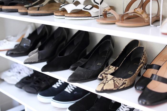 靴は玄関に脱ぎっぱなしにせず、ある程度風を通したら、靴箱にしまう習慣をつけましょう。靴を丁寧に扱うようになります。