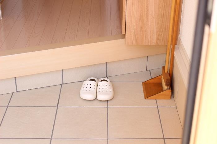 靴をしまう習慣のあるおうちは、玄関のお掃除もしやすく、おうちのきれいをキープしやすくなります。靴箱の中も定期的にお掃除してあげましょう。