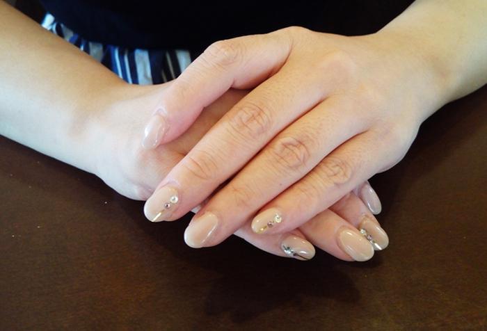 爪はいつもきちんと整えておきましょう。家事や仕事などで長く伸ばしたり、ネイルを塗ったりできない人は、爪を短くカットして、きれいに磨いておくだけでも印象が大きく変わります。