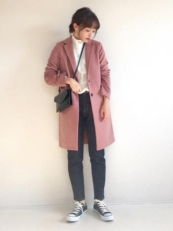 スモーキーな淡ピンクのチェスターコートは、あえてカジュアルなコーディネートに。色味で可愛さを足しているので、それ以外は極力シンプルに仕上げましょう。