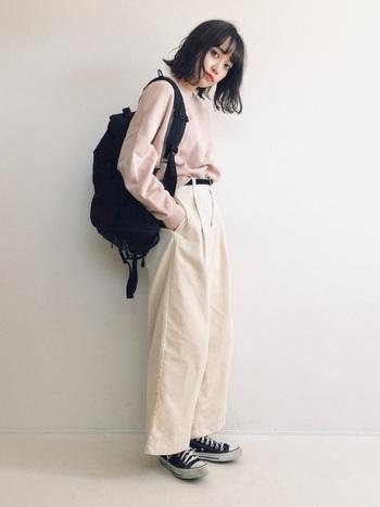 さりげない淡ピンクのスウェットは、上下ワントーンで着こなしてカジュアルだけど品よく。すべて同系色にまとめると印象がぼやけてしまうので、黒小物で上手に引き締めを。