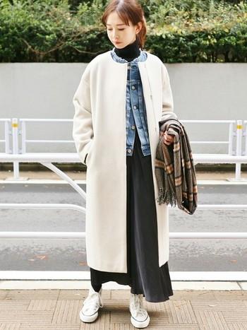 白のロングコートに、黒のロングスカートを重ねたコーディネート。ホワイト×ブラックのメリハリがあるカラーリングなのでそれだけでもコーデは成り立ちますが、ここにデニムジャケットを投入することで新鮮なこなれ感が生まれます!
