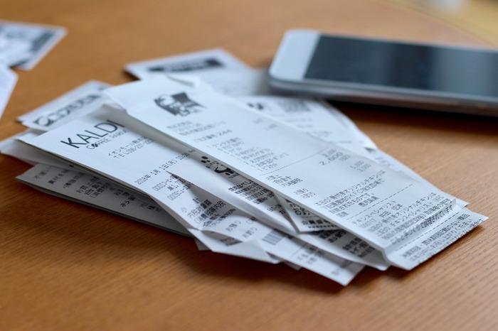 レシートはお財布から出して、必要ならば家計簿などに転記していきましょう。まとめて記載する人は、日付毎にまとめて封筒やファイルなどに入れておきましょう。