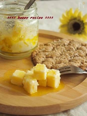 例えば、プロセスチーズを漬けてみても◎ チーズの保存食のできあがりです。  バケットにのせたり、おつまみにしたり、またサラダのトッピングにしたり。お手頃価格のプロセスチーズが、とっておきの食材に大変身しますよ。