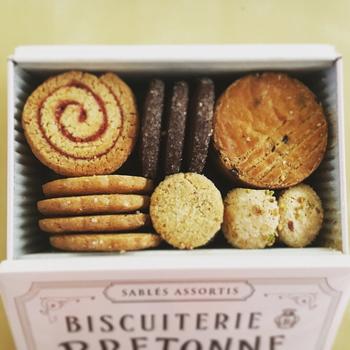 見た目も重視なら、おすすめはこちらのクッキー缶。一枚一枚、ていねいに焼かれたクッキーは、おしゃれな缶にパッケージされて気持ちも高まります。
