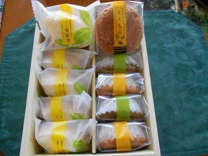 シンプルだからこそ、素材にとびきりこだわったという「ええもん」は、大粒の国内産黒豆(丹波黒)が入った日本らしいマドレーヌ。瀬戸内の離島・岩城島で育ったレモンをつかったレモンケーキ「檸檬燦」も評判で、「ええもん」とのセットは贈答用に購入される方も多数。