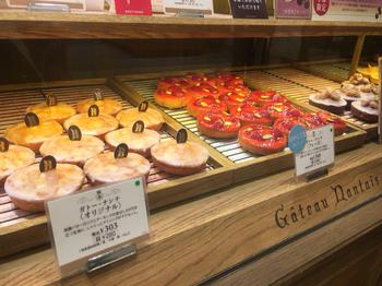 ここで選びたいのが、ブルターニュ地方で18世紀から伝わるという焼き菓子『ガトー・ナンテ』。ベーシックな味を楽しめるオリジナルのほか、季節によってかわいらしく色鮮やかなメニューも登場します。