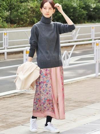 愛らしい小花柄と淡いピンクが印象的なスカートは、グレーのシンプルタートルニットを合わせて可愛すぎを防止。足元には白スニーカーをセレクト。スカート以外はメンズライクに偏ってはいるけれど、それくらいがさわやかさをキープする秘訣です。