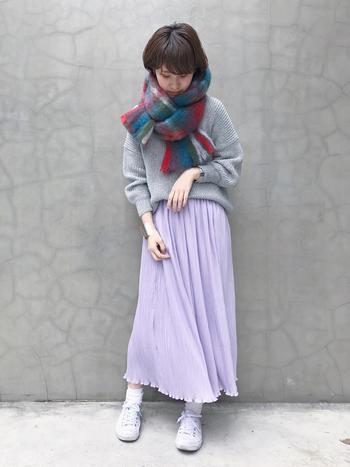 気持ちの良い淡いラベンダーカラーのスカートは、グレーのニットで大人可愛くまとめて。ビッグストールは色味・シルエットでコーデにパンチを与えてくれる優れもの。ラベンダーと相性のいいレッドが効いたチェック柄を選んでセンスをアピール♪