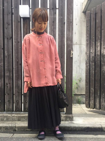 ややパキッとした淡ピンクのビッグサイズなシャツ以外は、あえて黒で揃えてモードな雰囲気に。モードになりすぎないのは絶妙なピンクカラーのおかげ♪