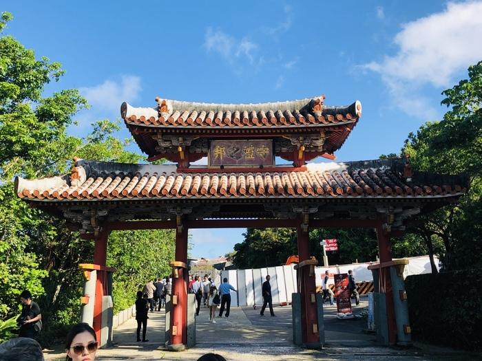 「首里城」も、沖縄観光での定番中の定番だと思いますが、世界遺産としても登録されているので、まだ行ったことのない方はぜひ行ってみてください。中国と日本の建築文化が融合された独特の建築洋式になっているので、建物を観てまわるだけでも面白く、琉球王国の歴史を感じられるでしょう。