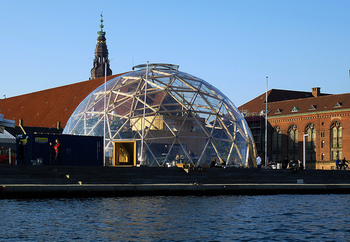 スチュアート・ブランド氏が「ホールアースカタログ」を創刊したきっかけを作った人物が、建築家で思想家のバックミンスター・フラー氏。地球を「宇宙船地球号」と呼び、これからは地球規模ですべてのことを考えていくよう提唱しました。 画像は、三角形というシンプルな構造を組み合わせて円形のドーム状の広い家が建てられるという、フラー氏が提案した「フラードーム」です。