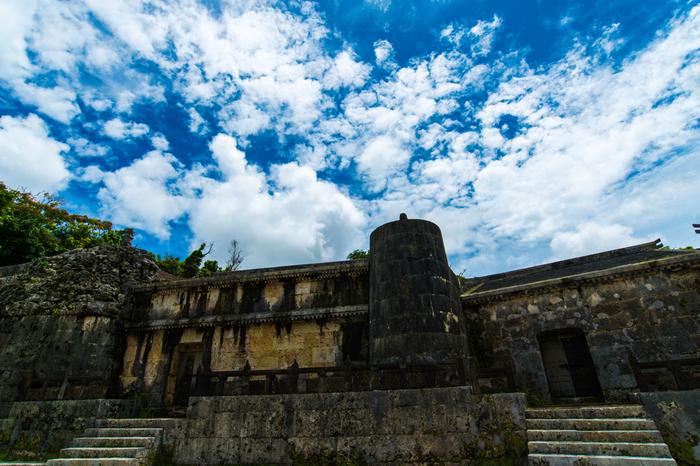 """首里城が世界遺産に登録されたときに、""""琉球王国のグスク及び関連遺産群""""として登録された「玉陵(たまうどぅん)」。第二尚氏王統の大型の墓地です。首里城から徒歩10分程度の距離にあるので、ぜひ行かれてみてはいかがでしょうか?"""