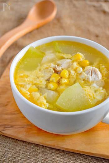鶏ささみと冬瓜、そしてコーンや卵が入った夏バテや疲れた体に染み渡る優しいスープレシピ。冬瓜が旬の時期にぜひ食べておきたい優しいスープです。