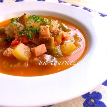 冬瓜と夏野菜を煮込んで冷やした冷たくて美味しい、そして栄養満点の冷たいミネストローネ。前の晩に作って冷やしておいたものを朝いただいても◎。そうめんやカッペリーニに合わせても美味しそうですよね。