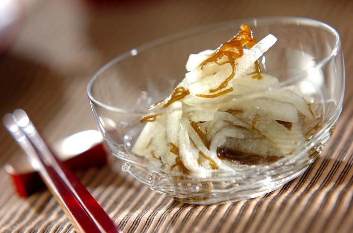 千切りして塩もみした冬瓜をもずくに絡めて冷やしたレシピ。夏の暑い日疲れた体に染み渡る涼を感じあられるレシピです。