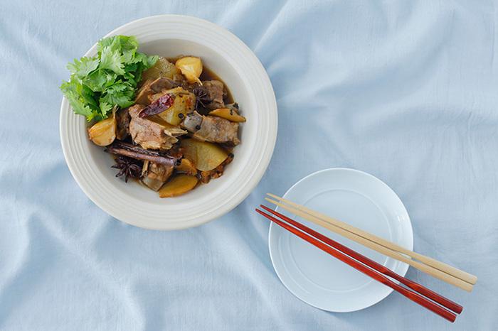 スペアリブと冬瓜を八角をはじめとした様々な香辛料で煮た東南アジアで親しまれている煮込み料理。暑い夏はスパイスとデトックス効果が期待できる冬瓜を食べて乗り切りましょう!