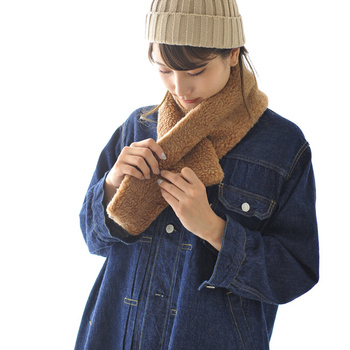 羊毛をベースにメリノウールをブレンドした、あったか素材のマフラーです。首に巻いて片側の穴に通すだけで固定ができるので、シンプルに着こなせるのが嬉しいポイント。  ユニセックスに使えるアイテムなので、カップルでお揃い使いするのも素敵ですね♪