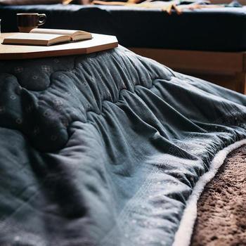 また、デザイン以外にもこたつ布団の厚みや素材によっても、お部屋の印象が変わります。  狭いお部屋では薄型ですっきりして見えるものを、大きなお部屋ではボリューム感のあるものを選ぶと、バランスよく見えますよ。