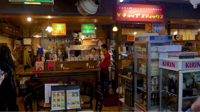 高円寺駅前の大一市場の中にある「チョップスティックス 高円寺本店」は、数あるベトナム料理店の中でも、生麺にこだわったフォーがいただけると人気です。フォーの原料となるお米は日本米で、ベトナムの生フォーとくらべて、もちもちとした食感と、お米の香りが特徴です。
