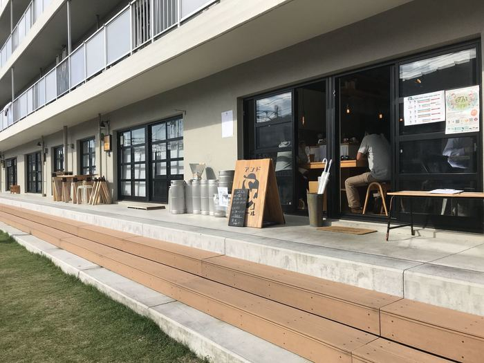 高円寺の駅から歩いて10分ほど、JRの社宅をリノベーションした「アールリエット高円寺」105号室にあるのが「andbeer(アンドビール)」は、カレー好きのご主人とビール好きの奥さまがオープンしたお店です。
