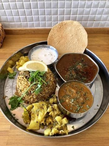 月に1回しか登場しないという貴重なビリヤニ(スパイスを使ったインドの炊き込みごはん)も食べる価値あり。カレーや副菜と一緒にいただくと、辛さと旨みが口いっぱいに広がります。