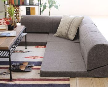 置きたい場所に合わせて組み合わせられるローソファも、こたつとの相性◎  単体で座椅子のように並べてもいいですね。 ソファ自体も変形するので、より心地よい体勢でリラックスできますよ。
