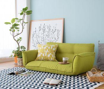 脚を外せばこのように床に直に置けるようになります。 前にこたつを置けば、リラックス度満点ですね。  ソファを購入の際は、高さを変えられる2WAYタイプが便利です。