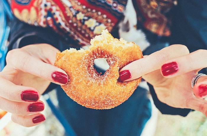 【②エネルギー(糖質)がうまく代謝されていない】 炭水化物の要素である、糖質を過剰に摂取していませんか。体は、そのように摂取したエネルギーに対し、代謝を促進するための「ビタミンB1」を要します。  しかし、ビタミンB1が足りないと、もちろん代謝することができず、結果として、「疲れやすい」「体がだるい」という症状を引き起こしやすくなるのです。