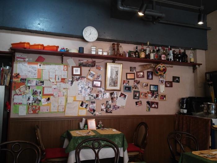 新高円寺駅からすぐのところにある「Les Primeurs(レ プリムール)」は、ビルの2階にあります。店内に入ると、壁に貼られたたくさんの写真。おいしい食事で笑顔になったお客さんたちの満足した表情が、そのおいしさを物語っていますね。