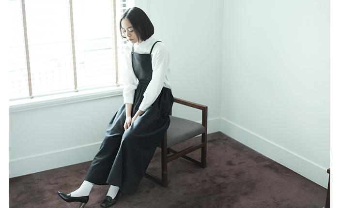 トラッド感のある、グレイとブラックのチェック柄のサロペット。ウェスト部分にたっぷりと入ったギャザーが、ふんわりと美しいラインを演出。前身頃を取り外せば、ワイドパンツとしても履くことのできる2way仕様です。