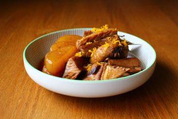 ぶりは「寒ブリ」とも呼ばれ、冬が旬のお魚です。 ニッスイのHPによると、ぶりは北陸を中心とした日本海側のエリアでの漁獲量が多く、冬場には脂がたっぷりとのったぶりが大量に南下してきます。  「ひみ寒ぶり」「佐渡の一番寒ぶり」と呼ばれる天然物の高級ブランドのぶりも出回っているほど、日本人には馴染みの深いお魚です。