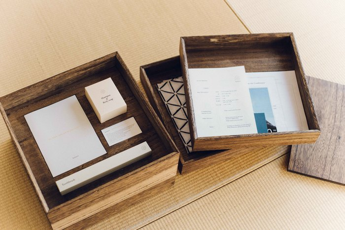 各部屋には「hanare」のために作られた桐の重箱が置いてあります。ひとつひとつ重箱を開けていく演出は、旅のわくわく感をさらに盛り上げてくれます。重箱の中には、アメニティセットの他に、オリジナル手ぬぐいや旅の思い出を記す日記帳なども入っています。ホテルオリジナルのグッズは、旅のお土産にもなるので嬉しいですね。