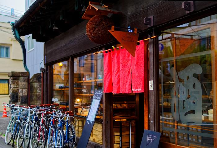 レンタサイクルの他、生活雑貨の販売、コーヒースタンド、日本酒バーとしても楽しめます。古い建物を活用した谷中らしいスタイリッシュなお店のひとつです。