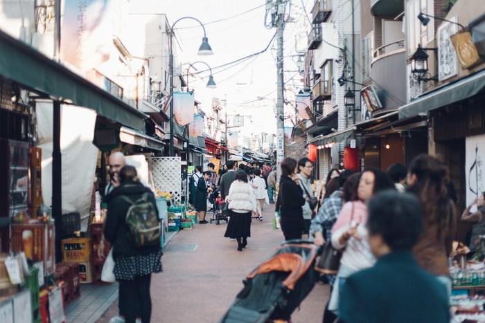 東京のお散歩スポットの定番「谷中」。谷中銀座をはじめとする下町風情を残しながらも、新しいショップやカフェもできるなど、新たな文化も芽生えています。近ごろは、そんなレトロな雰囲気に惹かれ、多くの観光客が集まる人気スポットでもあります。「hanare」はそんな谷中の住宅街の中にあります。