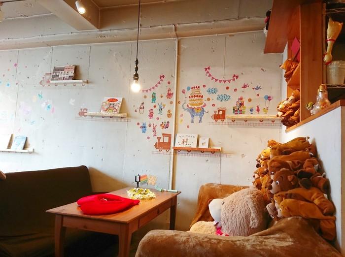 高円寺駅から2~3分ほど歩いたところにある「Baby King Kitchen(ベイビーキングキッチン)」は、大人もお子様ランチが食べられるお店。屋根裏部屋の秘密基地をイメージしたという店内は、温もりのある雰囲気とワクワクするような仕掛けがたくさん。ぬいぐるみに囲まれて、お子さんも楽しく過ごせそうです。