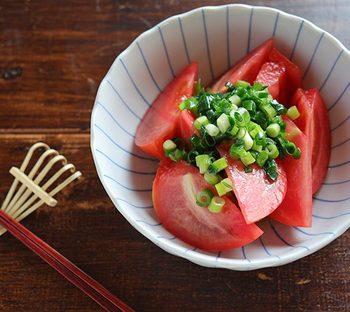朝:トマトのうまネギ塩だれ  切ってレンジで加熱、和えるだけの簡単レシピ。 忙しい朝の時間にもぴったりで、トマトの酸味で元気をチャージ!