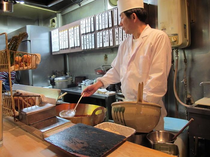 高円寺中通り商店街の「天すけ」は、ランチタイムには行列ができる人気店。席はカウンターのみで、老舗天ぷら店で長年修業を積んだご主人の調理風景を間近に見ることができます。