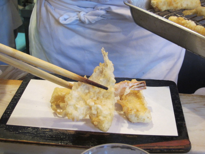 「玉子ランチ」では、他にお野菜の天ぷらやかき揚げなどがセットになっています。ひとつずつ提供されるので、揚げたてアツアツをいただけます。メディアでもたびたび紹介されるほどの有名店。高円寺を訪れたら、ぜひ一度ご賞味ください。