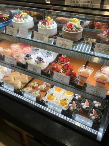 たくさんの焼き菓子が販売されていますが、生菓子も見逃せない!プリンやショートケーキ、デコレーションやロールケーキなど…季節によってさまざまなスイーツがショーケースに並びます。