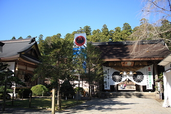熊野古道の中心的聖地である「熊野本宮大社」。田辺市本宮町エリアに鎮座しています。主祭神は、家津美御子大神(けつみみこのかみ)。 大鳥居をくぐったら、158段の階段を上り、こちらの神門をくぐって、本殿にお参りをします。神門の左側にあるのぼりに描かれているのは「八咫烏(やたがらす)」。日本書紀・古事記のなかで、神武天皇が遷都のため宮崎から奈良へ向かった際、熊野から奈良までをこの八咫烏が道案内したとして伝えられています。「熊野三山」における神鳥として信仰されています。