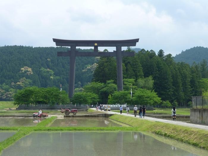 本殿から徒歩約10分のところに、「旧社地」があります。こちらは大斎原と呼ばれ、以前、「熊野本宮大社」があったとされています。30メートルを超える大きな鳥居は壮観。こちらもあわせてお参りしましょう。