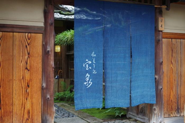 グルメサイトの和菓子処ランキングではいつも1位をキープする茶寮・宝泉も、京都駅(なんと構内!)で楽しむことができます。ここで、帰省の手土産に手に入れたいのが、丹波黒大豆をつかった「しぼり豆丹波黒大寿」。