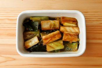 夜:焼き長ねぎのマリネ  さっぱりとした風味にねぎの甘みが美味しいレシピ。ここではフライパンで焼いていますが、オーブンがあればフライパンいらず。 また、ニンジンやパプリカなどの硬さのある野菜も漬けておくことで柔らかくなり、保存にも便利なので作り置きしておくのもおすすめ。